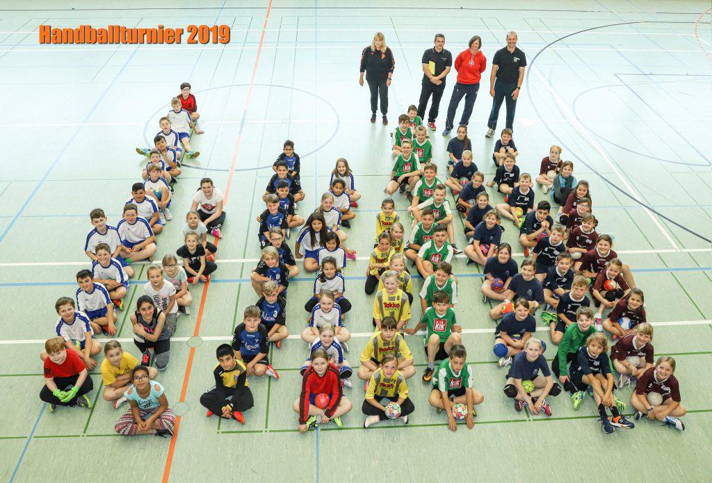 Alle Teilnehmer des Grundschulturniers durften sich bei der Siegerehrung über eine Urkunde mit einem Mannschaftsfoto sowie kleinere Sachpreise freuen. Foto: Fotostudio Asmus
